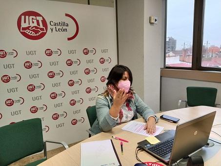 La secretaria de Igualdad y Juventud de UGTCyL, Ana Isabel Martín, durante la entrevista con CyLTV sobre la equiparación de los permisos para ambos progenitores